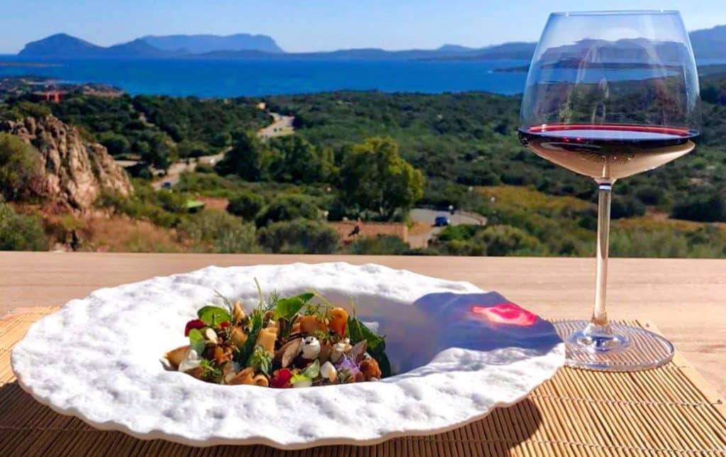 Terrazza Frades - Porto Cervo terrazza frades - piatto vino 1024x644 - Terrazza Frades a Porto Cervo: tradizione e innovazione a tavola