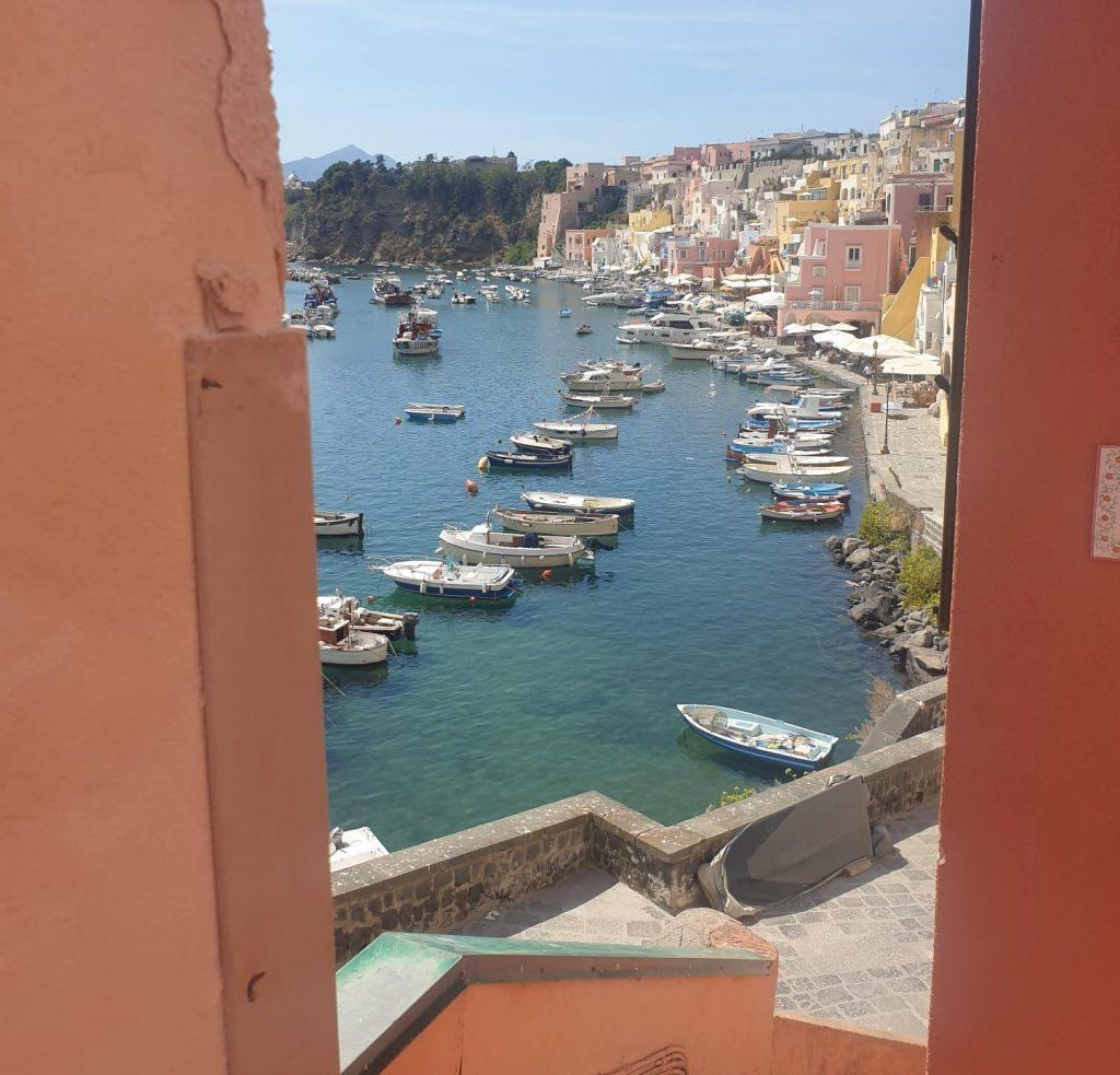 Procida - Vicolo di accesso alla Corricella procida - 20200825 141508 e1600535814369 1024x983 - Procida, la perla del golfo di Napoli: tutte le cose da fare