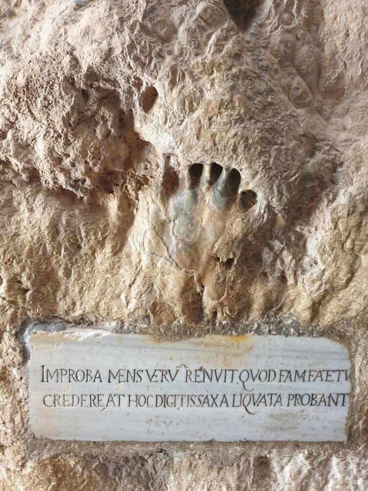 Gaeta: la Montagna Spaccata e impronta del Turco
